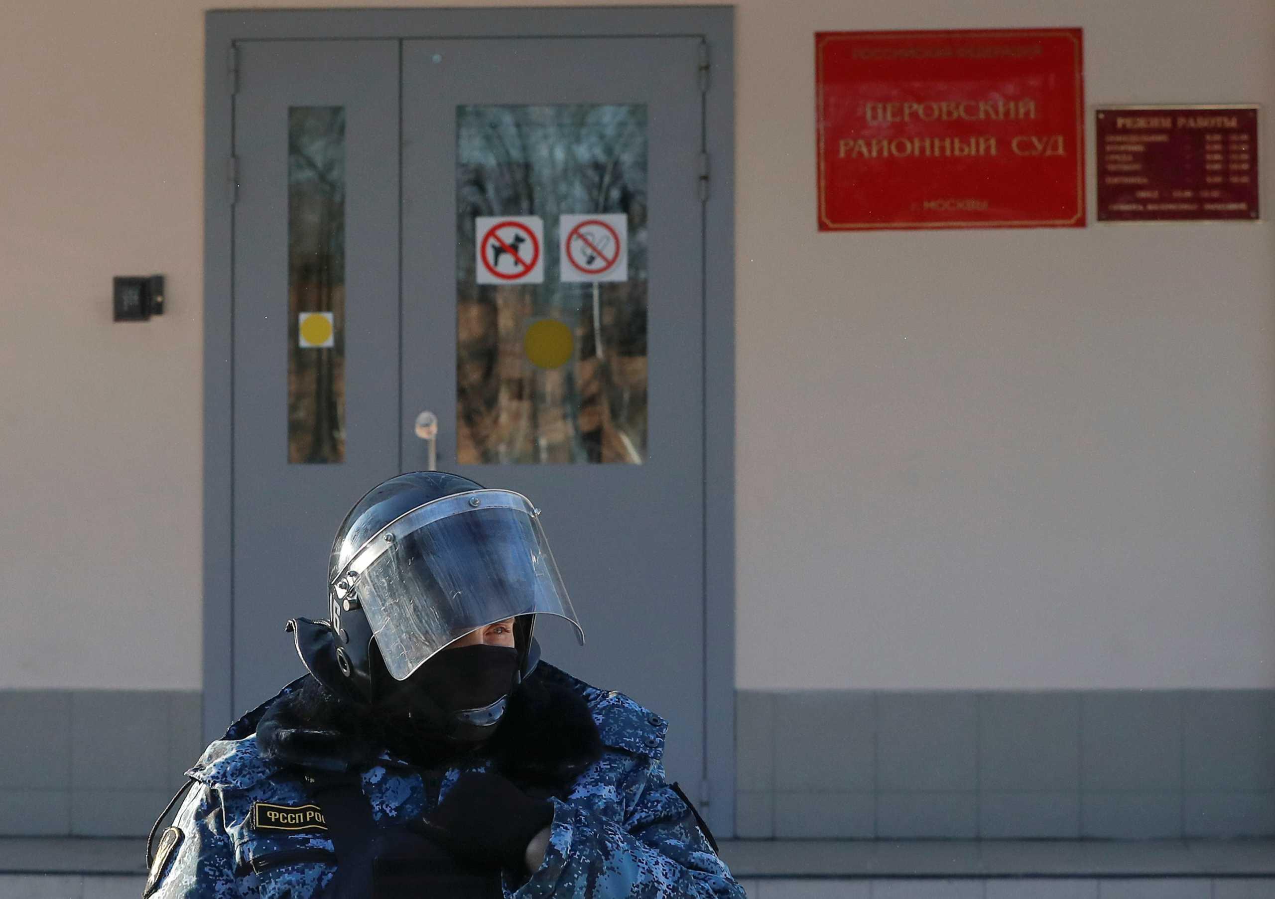 Συναγερμός στη Μόσχα: Επιτέθηκαν σε γραφεία εφημερίδας με άγνωστη χημική ουσία (pics)