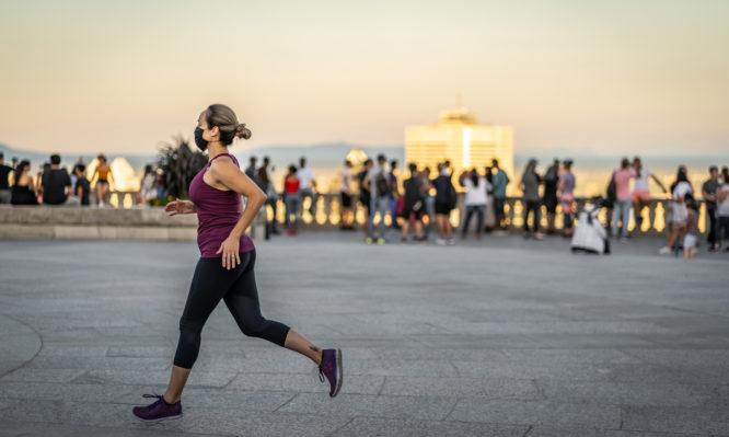 Κορονοϊός: Πρέπει να φοράμε μάσκα όταν βγαίνουμε για τρέξιμο;