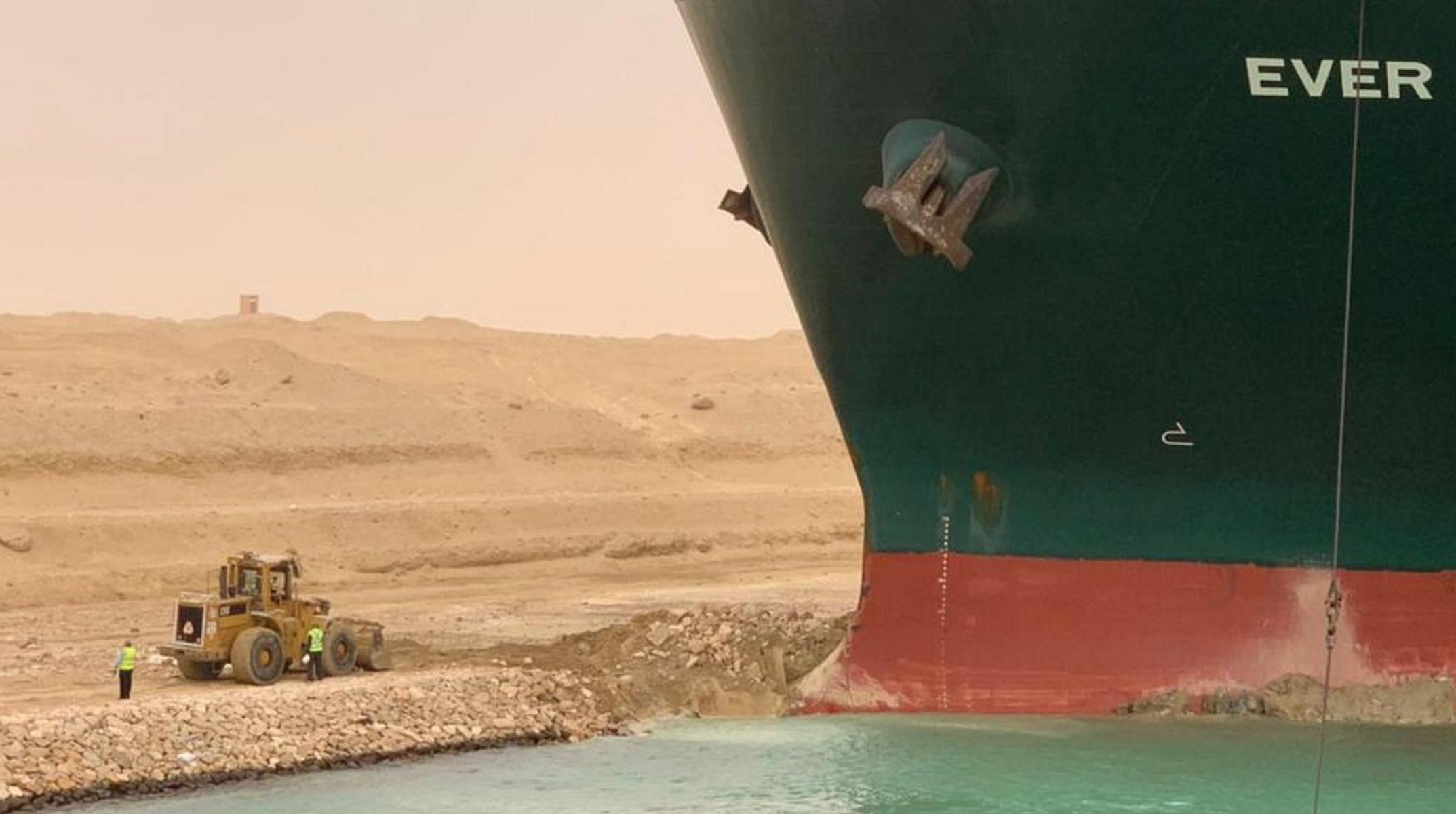 Διώρυγα Σουέζ: Καθηλωμένο το γιγαντιαίο πλοίο που σταμάτησε τη ναυσιπλοΐα στα στενά (pics, vid)