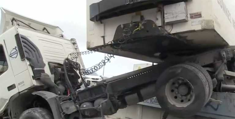 Φοβερό τροχαίο στην λεωφόρο Κηφισού – Νταλίκα «καβάλησε» τα κιγκλιδώματα