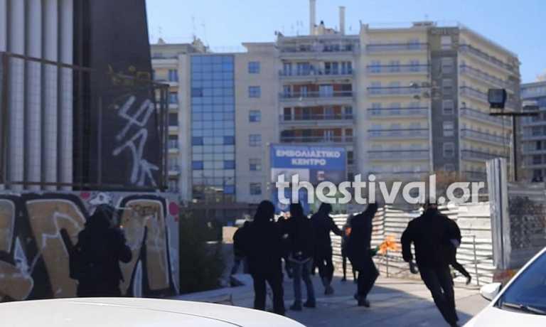 Επεισόδια για Κουφοντίνα στη Θεσσαλονίκη: Κουκουλοφόροι πέταξαν  μολότοφ σε αστυνομικούς (video)