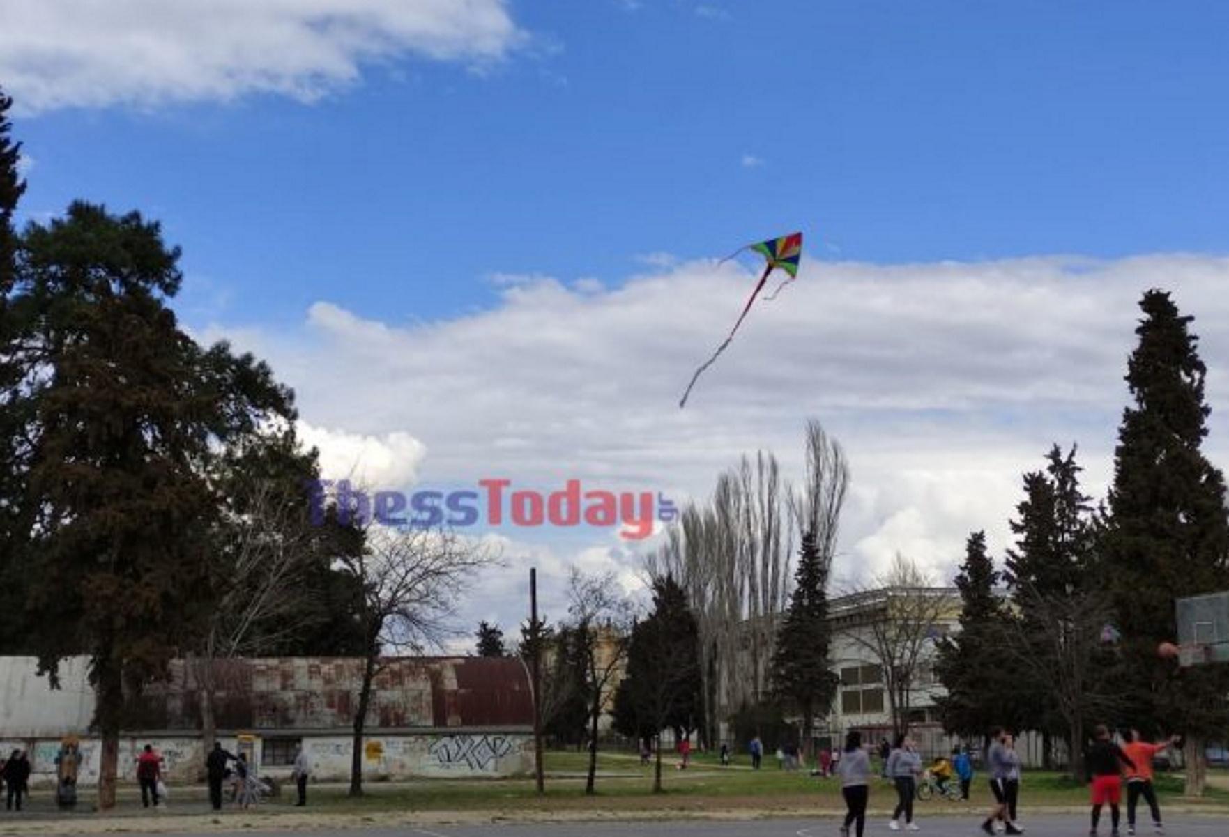 Καθαρά Δευτέρα – Θεσσαλονίκη: Αμόλησαν χαρταετό και έκαναν πικ νικ (pics, vid)