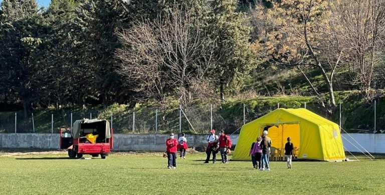 Σεισμός – Δαμάσι Τυρνάβου: Σε σκηνές στο γήπεδο οι κάτοικοι – Σύσκεψη του κυβερνητικού κλιμακίου (pics)