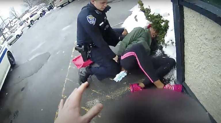 ΗΠΑ: «Βροχή» αντιδράσεων για τη σκληρή σύλληψη Αφροαμερικανίδας μπροστά στο παιδάκι της