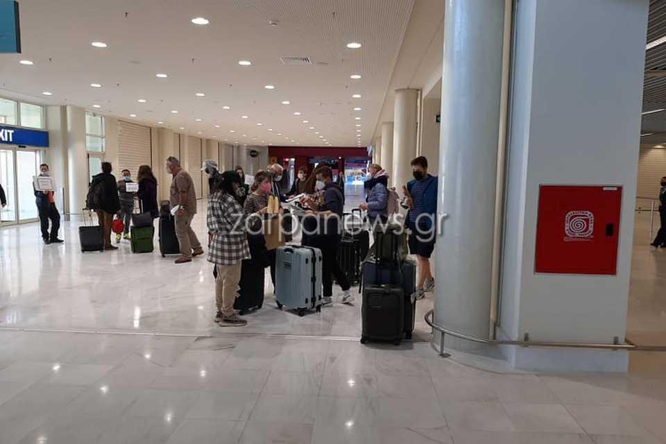 Κρήτη: Αυτοί είναι οι πρώτοι τουρίστες που έφτασαν στα Χανιά – Τα βλέμματα στους παίκτες ριάλιτι (pics, video)
