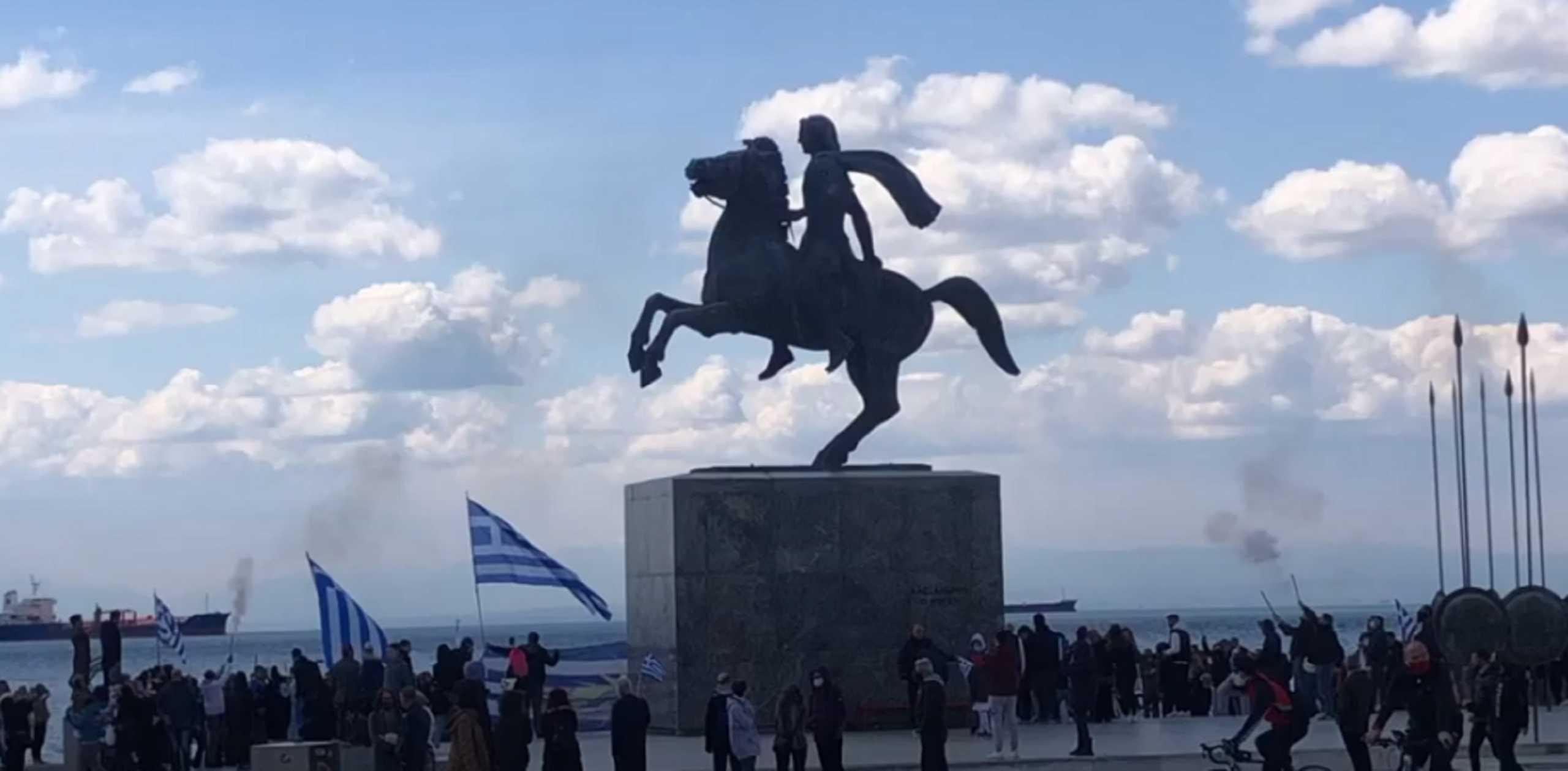 Θεσσαλονίκη – 25η Μαρτίου: Καπνογόνα, «τσολιάδες» και σημαίες στο άγαλμα του Μεγάλου Αλεξάνδρου (video)