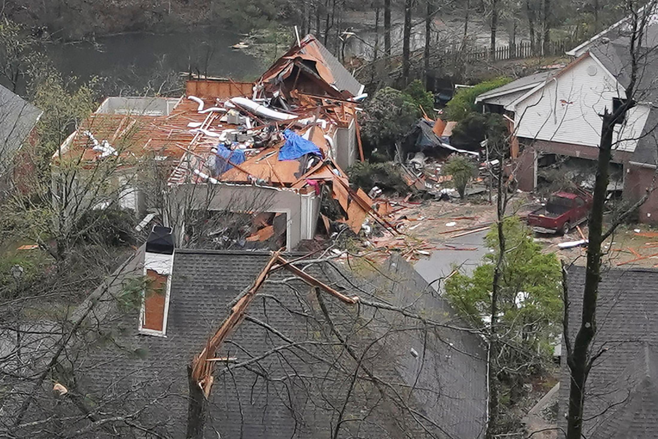 Ανεμοστρόβιλος σάρωσε την Αλαμπάμα – Αδιανόητη καταστροφή και πέντε νεκροί (pics, vids)