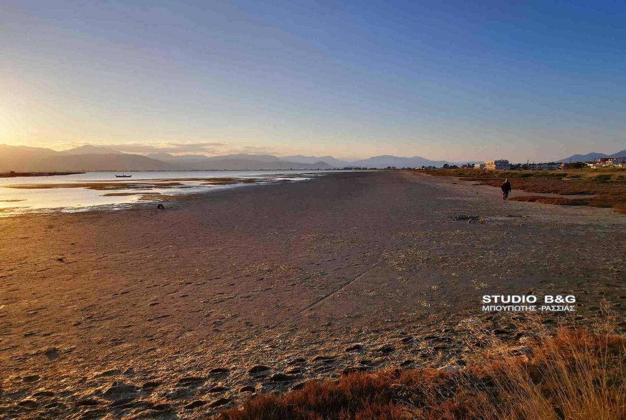 Ναύπλιο: Εντυπωσιακή εικόνα μετά το φαινόμενο της άμπωτης – Περπατούσαν εκεί που υπήρχε θάλασσα