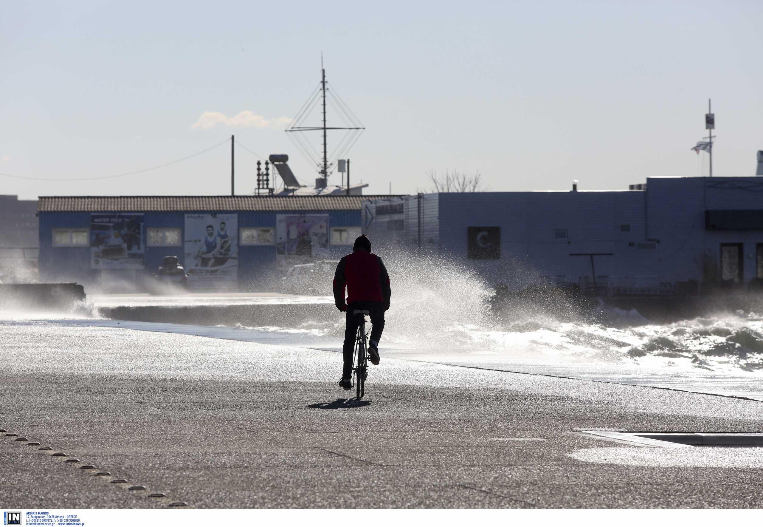 Χαμός από αέρα στη Θεσσαλονίκη – Tο κύμα βγήκε στη στεριά (video)