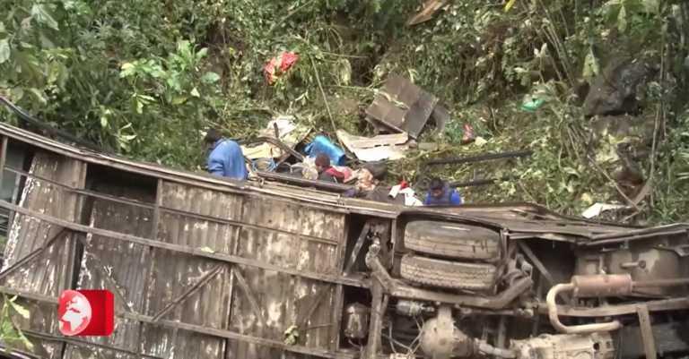 Βολιβία: Τουλάχιστον 21 νεκροί από πτώση λεωφορείου σε χαράδρα (video)