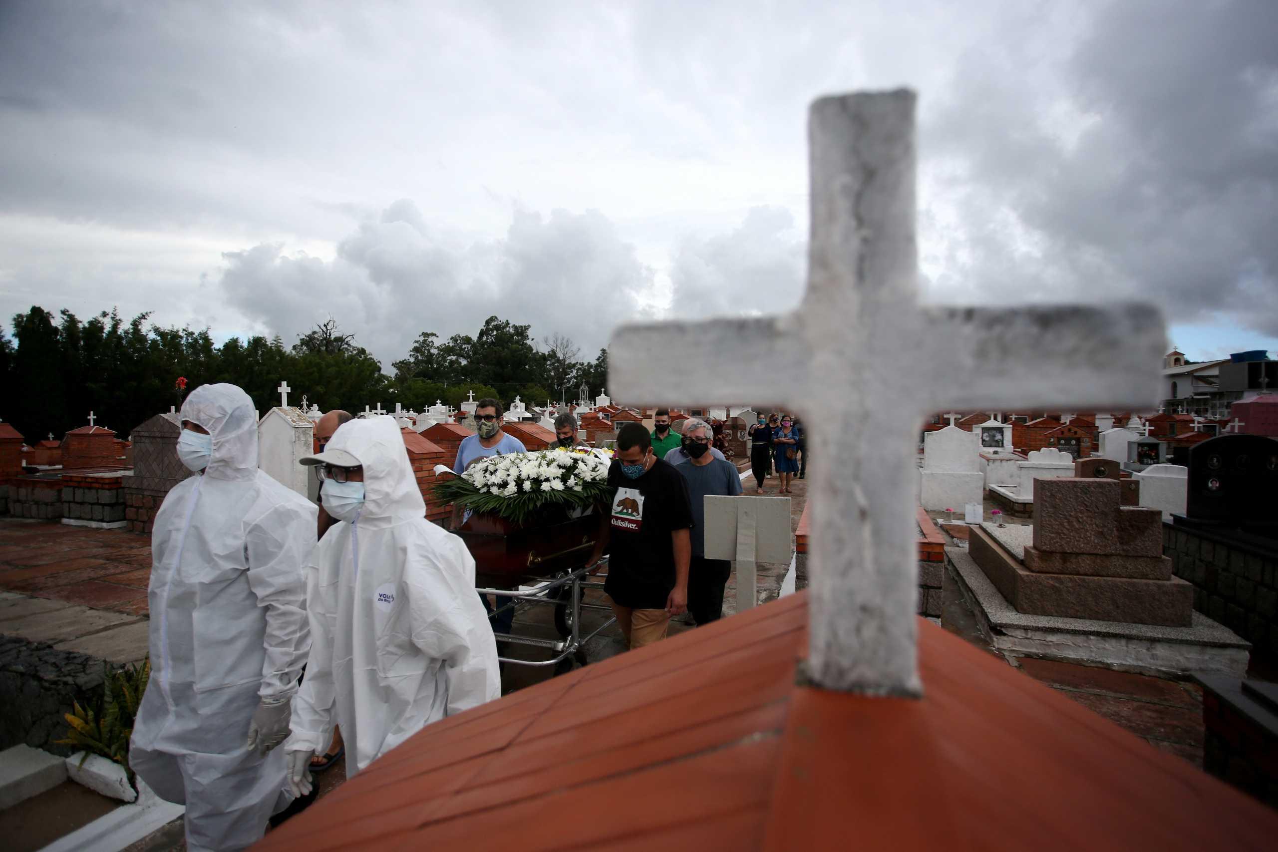 Ο κορονοϊός «σφυροκοπά» τη Βραζιλία: Νέο τραγικό ρεκόρ με 1.972 νεκρούς