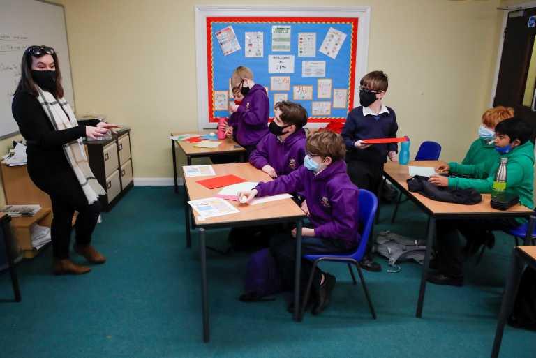 Βρετανία-κορονοϊός: Επιστροφή στα θρανία για τους μικρούς μαθητές – Χαλαρώνει σταδιακά το lockdown (pics)
