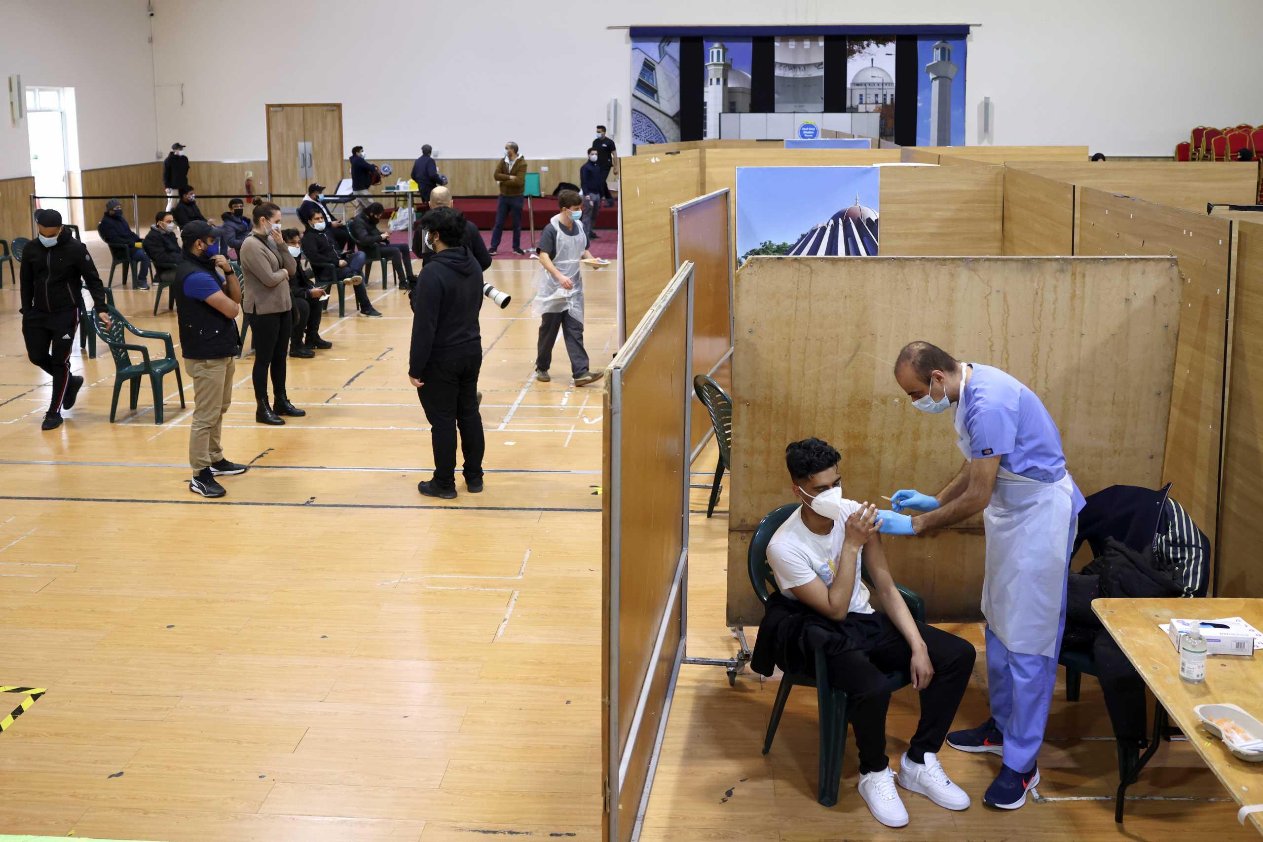 Κορονοϊός: Πάνω από 30 εκατ. Βρετανοί έχουν κάνει την 1η δόση του εμβολίου