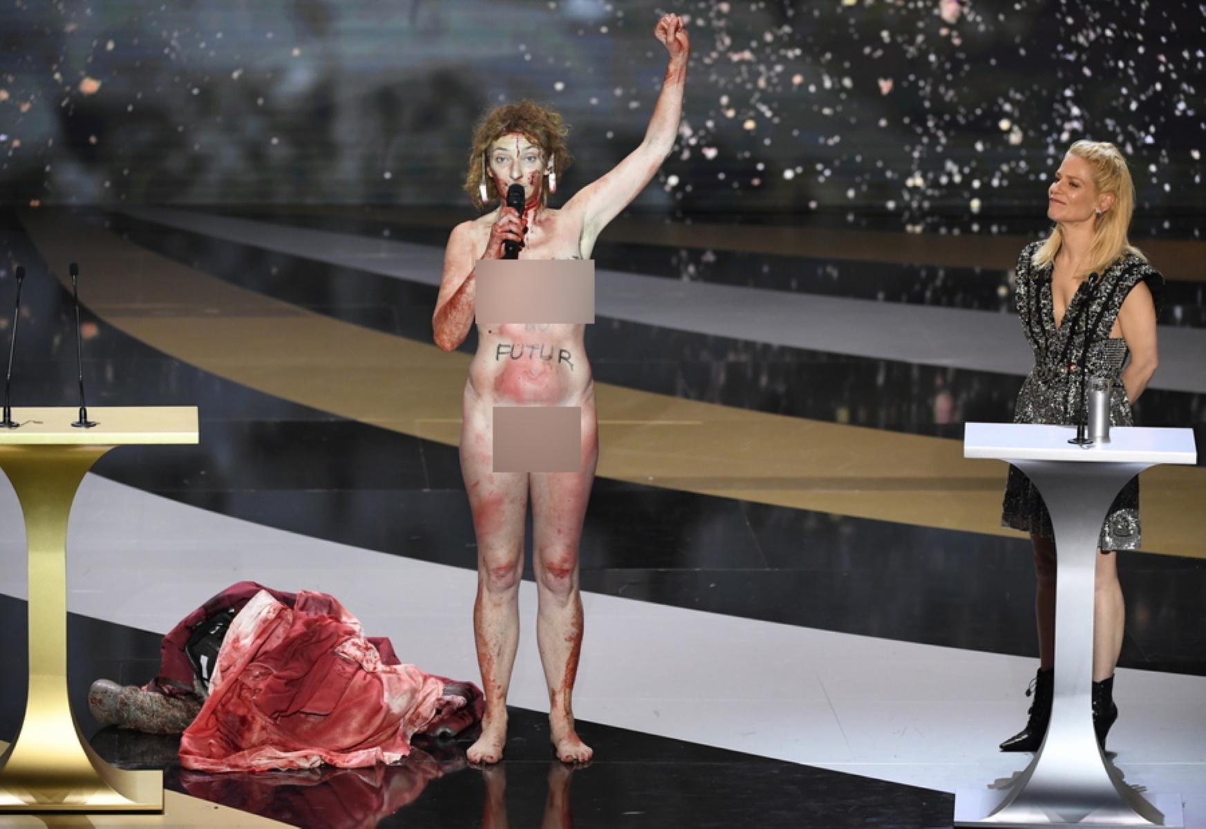 Χαμός στα Βραβεία Σεζάρ: Γυμνή στη σκηνή η Κορίν Μαζιερό (pics)