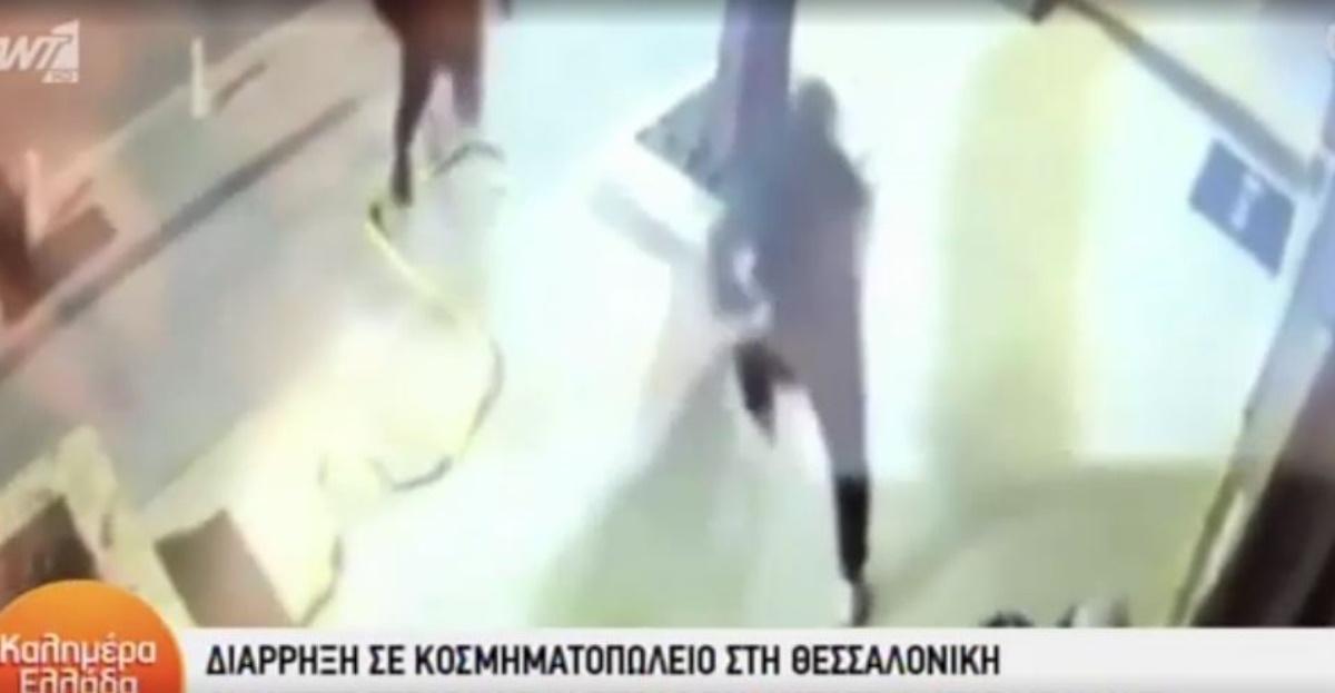 Βίντεο – ντοκουμέντο από διάρρηξη στη Θεσσαλονίκη: «Ξήλωσαν» ρολό σε κοσμηματοπωλείο με ιμάντα
