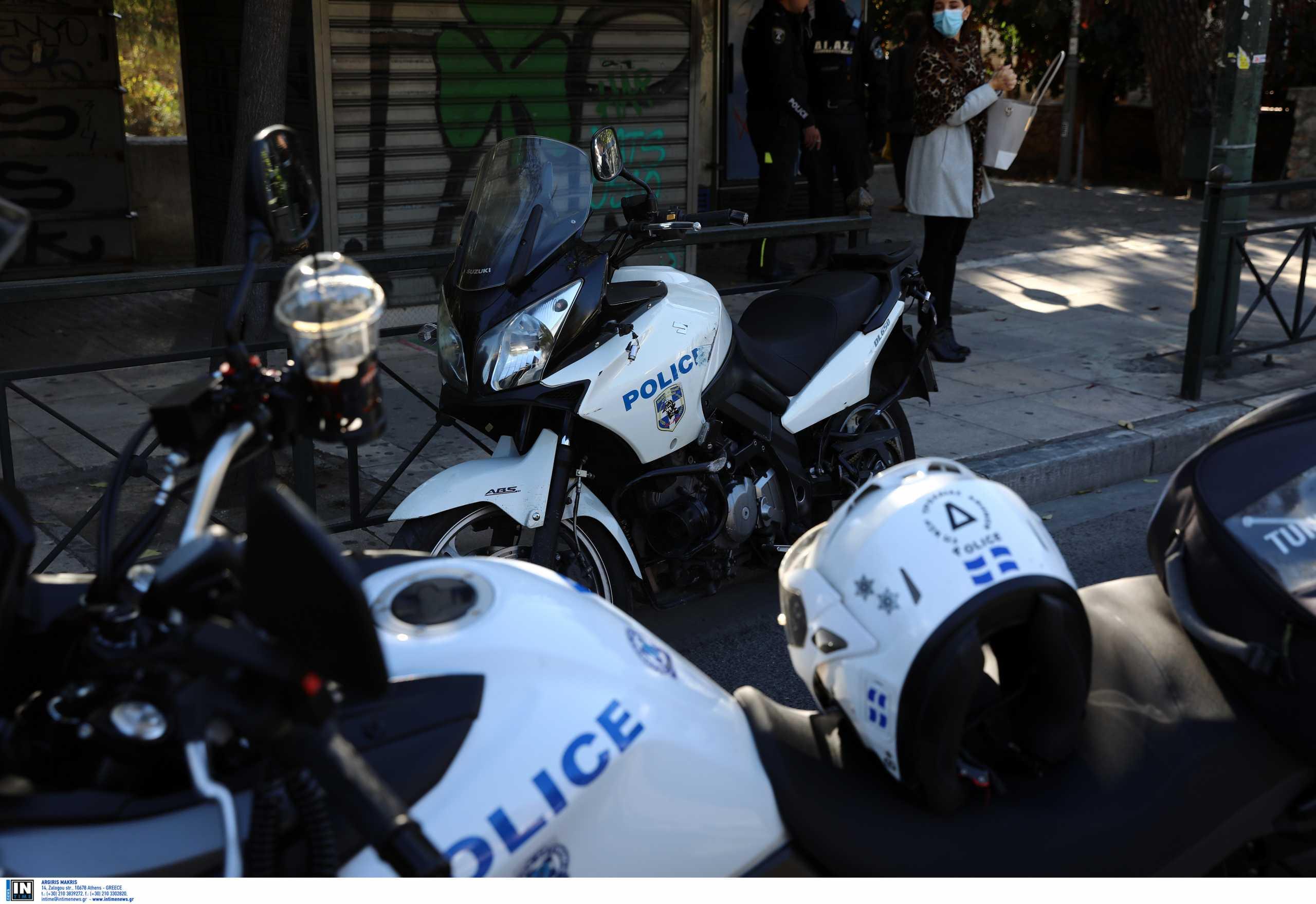 Ένταση στην πλατεία Νέας Σμύρνης – Αστυνομικοί δέχθηκαν επίθεση από 30 άτομα