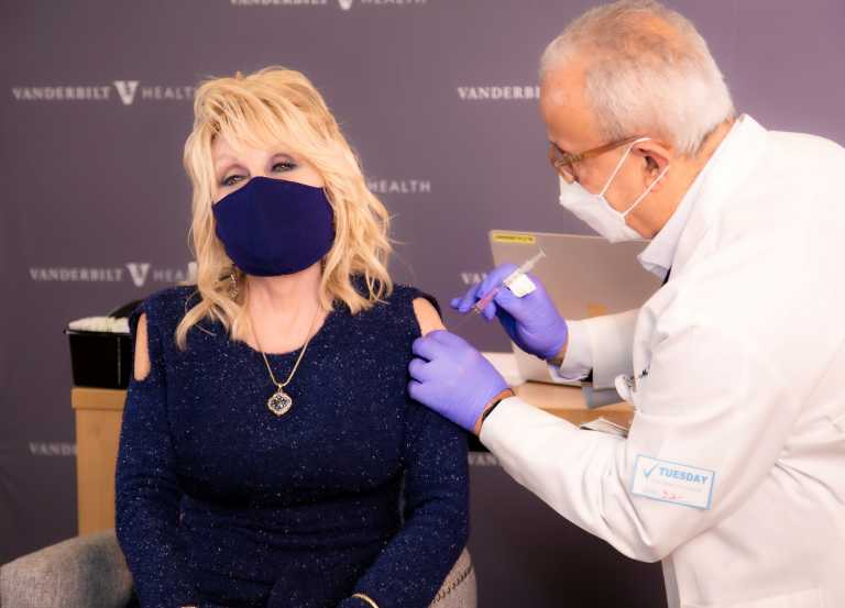 Η Dolly Parton εμβολιάστηκε και είπε και ένα τραγούδι παραφράζοντας το επικό Jolene (video)
