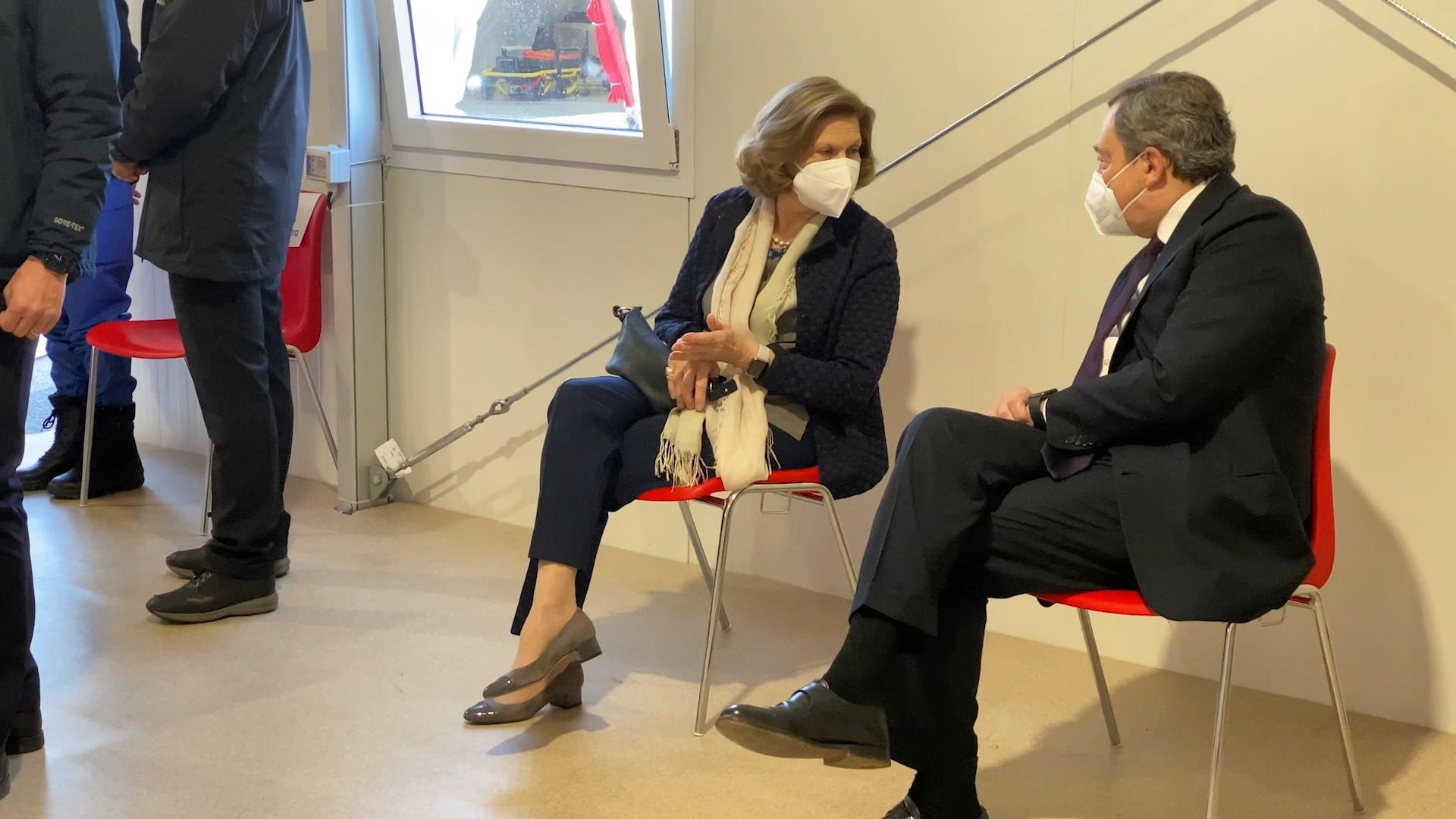 Ιταλία: Εμβολιάστηκε ο Μάριο Ντράγκι – Περίμενε υπομονετικά στη σειρά μαζί με τη σύζυγό του (pics)