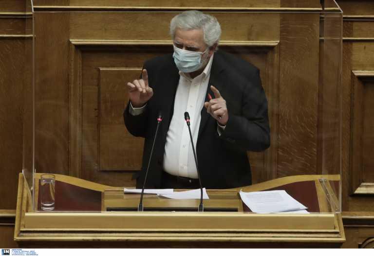Δρίτσας στη Βουλή: «Απολογητικός» μετά τη δήλωση για τη 17Ν που ξεσήκωσε σάλο
