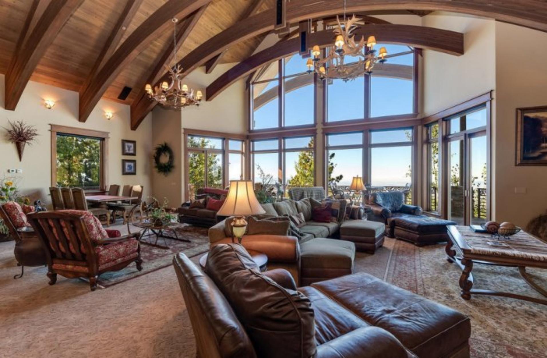 Ένα απίστευτο σπίτι στη Καλιφόρνια που διαθέτει ακόμα και σαλούν!
