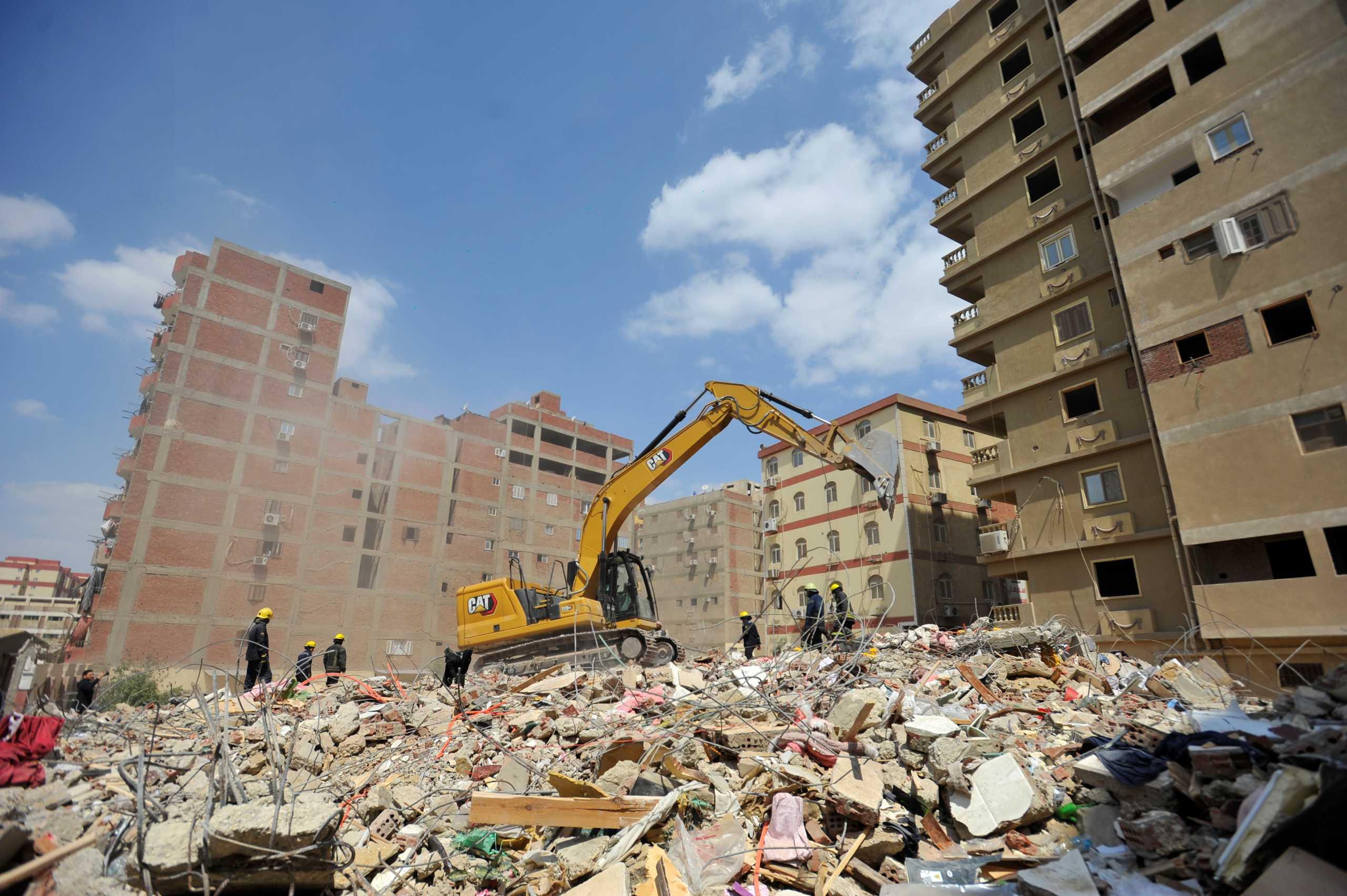 Αίγυπτος: Τους 16 έφτασαν οι νεκροί από την κατάρρευση δεκαώροφου κτιρίου στο Κάιρο