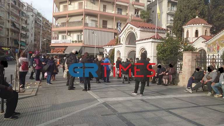Θεσσαλονίκη: «Βουλιάζει» από κόσμο προαύλιο εκκλησίας λόγω του Ψυχοσάββατου (pics)