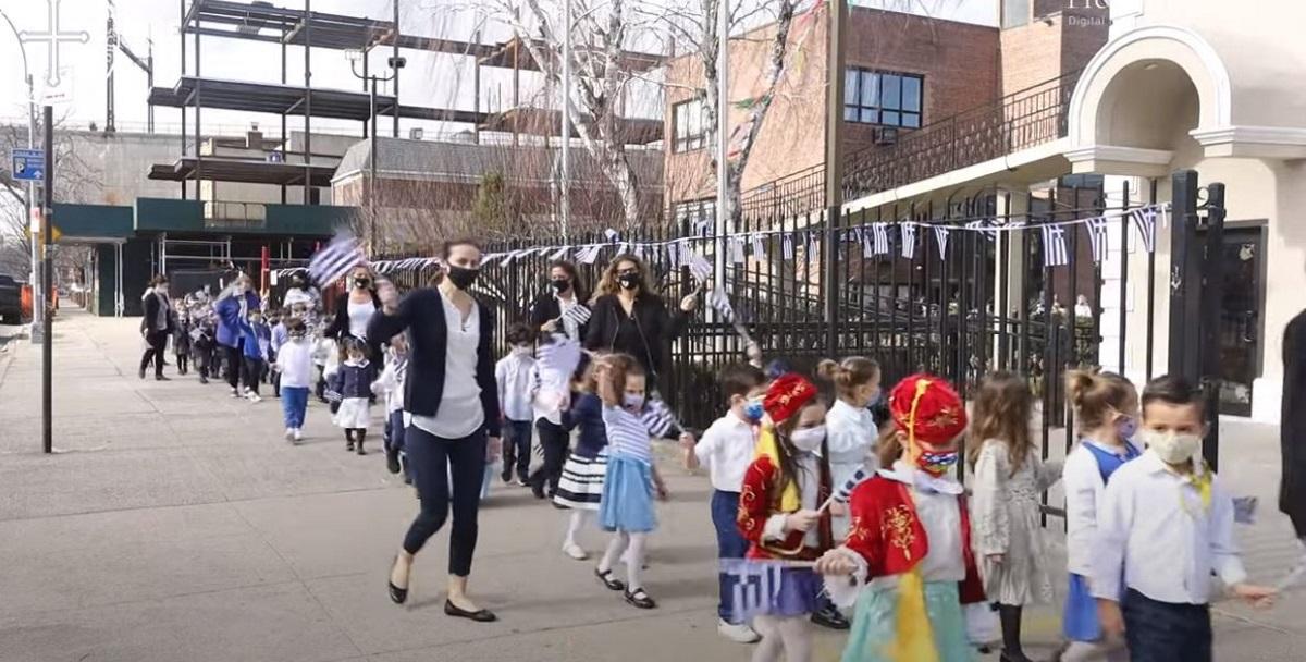 Συγκίνηση: Ελληνόπουλα στην Νέα Υόρκη κάνουν παρέλαση για την 25η Μαρτίου (vids)