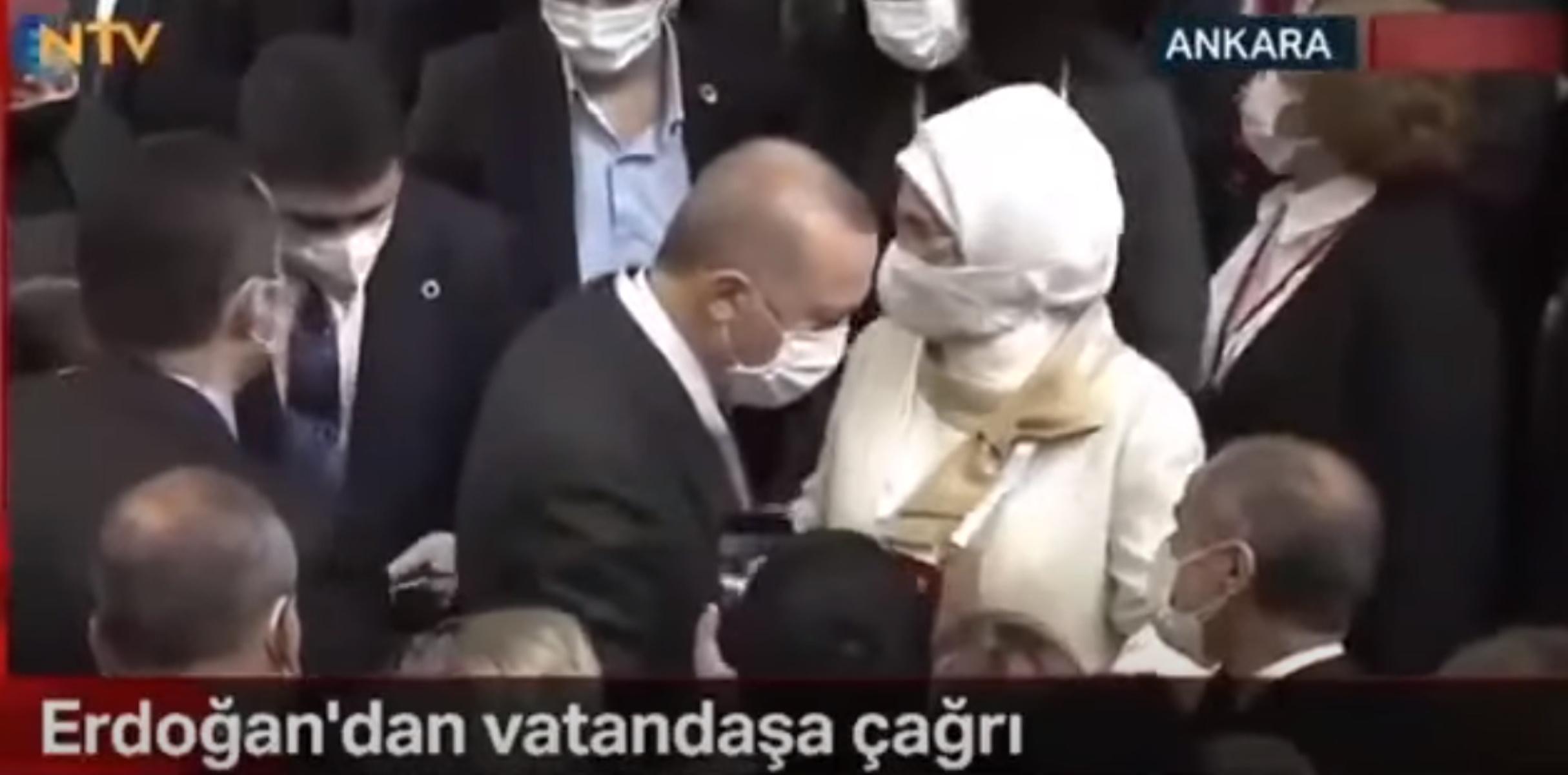 Έξαλλη η σύζυγος του Ερντογάν – Η παρέμβαση της στους σωματοφύλακες του προέδρου (video)