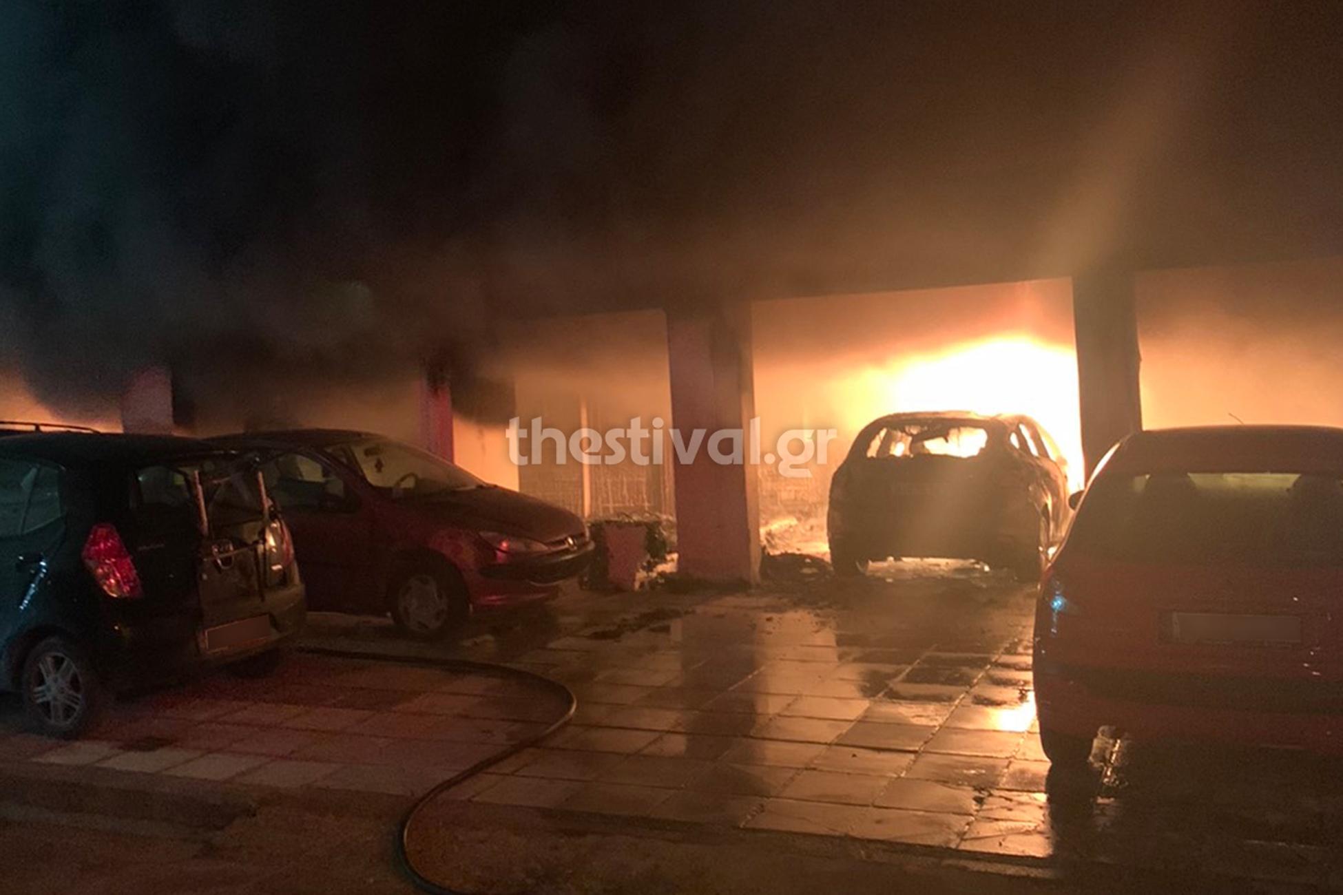 Θεσσαλονικη: Πύρινη κόλαση από εμπρησμό σε πολυκατοικία – Κάηκαν 12 οχήματα, κινδύνευσαν ζωές (pics, video)