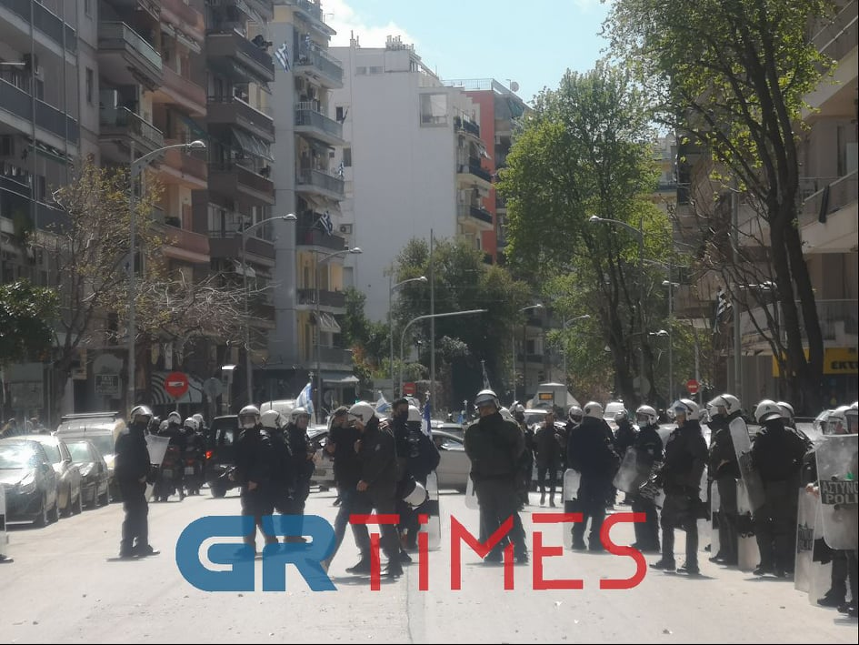 Θεσσαλονίκη – 25η Μαρτίου: Επεισόδια μετά την μοτοπορεία – Αμαύρωσαν την επέτειο με πέτρες και μπουκάλια (video)