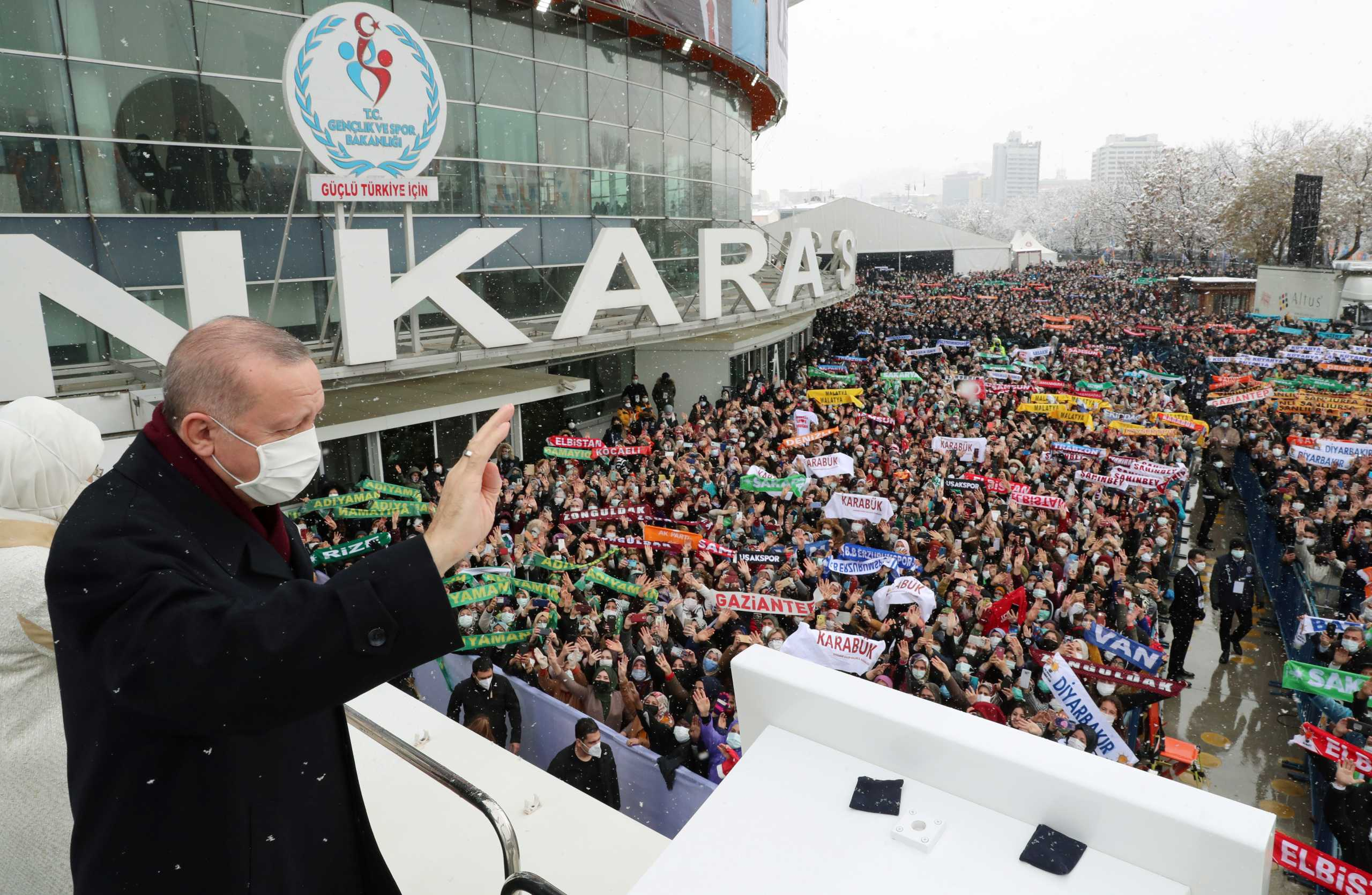 Ο Ερντογάν προανήγγειλε νέο τουρκικό Σύνταγμα – Συνέδριο AKP με τον έναν πάνω στον άλλον (pics, video)