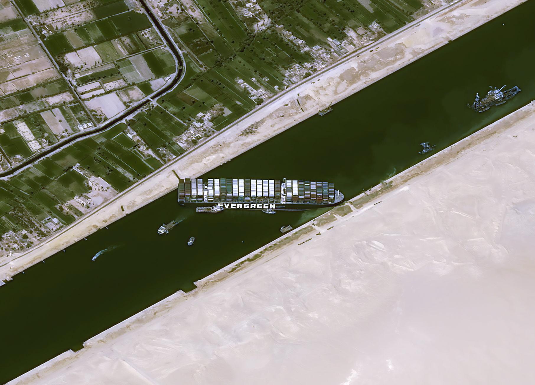 Διώρυγα Σουέζ: Οι ΗΠΑ έτοιμες να βοηθήσουν για να ξεκολλήσει το γιγαντιαίο πλοίο