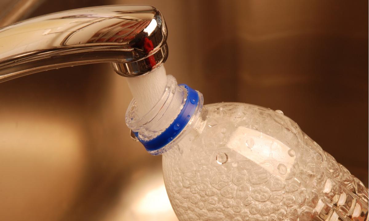 Το κάνουμε όλοι αυτό με τα πλαστικά μπουκάλια, αλλά είναι ασφαλές;