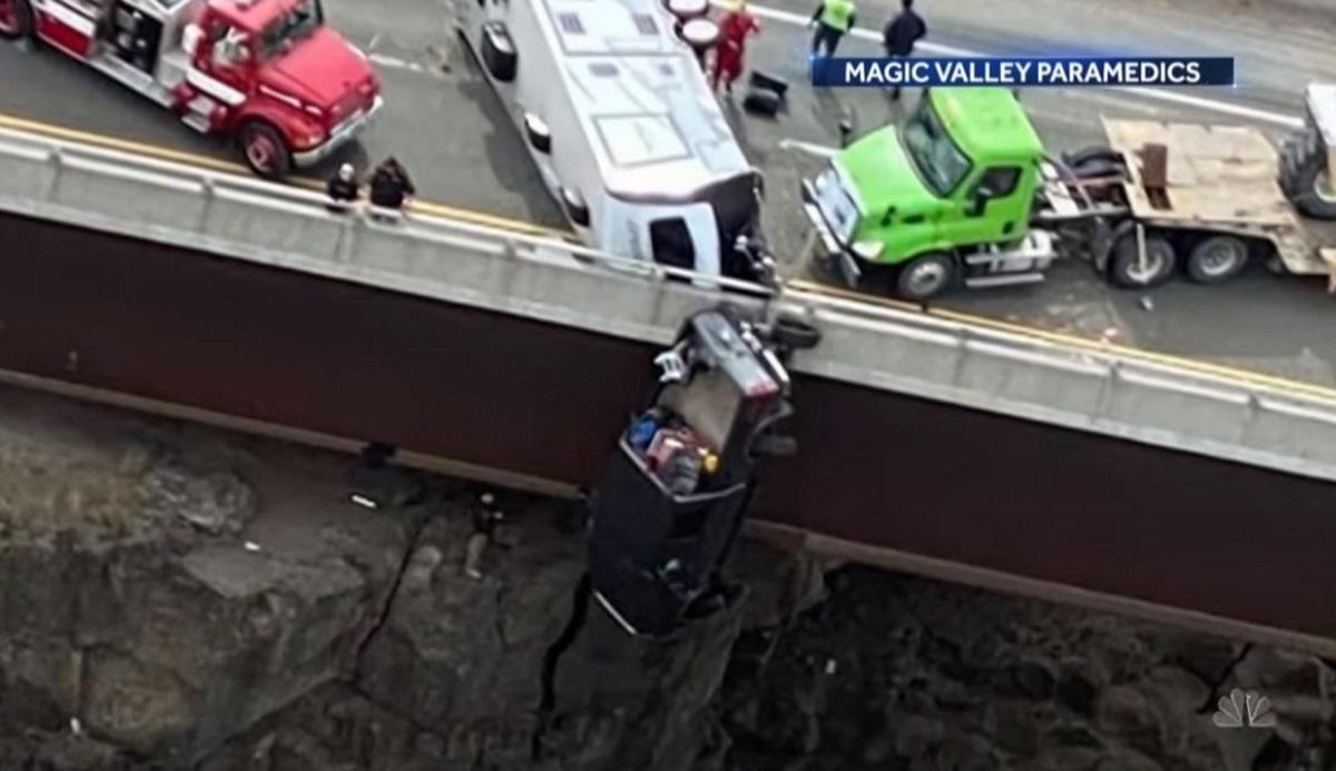 Συγκλονιστικές εικόνες: Φορτηγό κρέμεται στο κενό μετά από πτώση σε γέφυρα (vid)