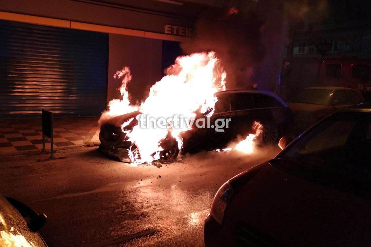 Θεσσαλονίκη: Η στιγμή που πολυτελές ταξί πιάνει φωτιά και γίνεται στάχτη  (video)