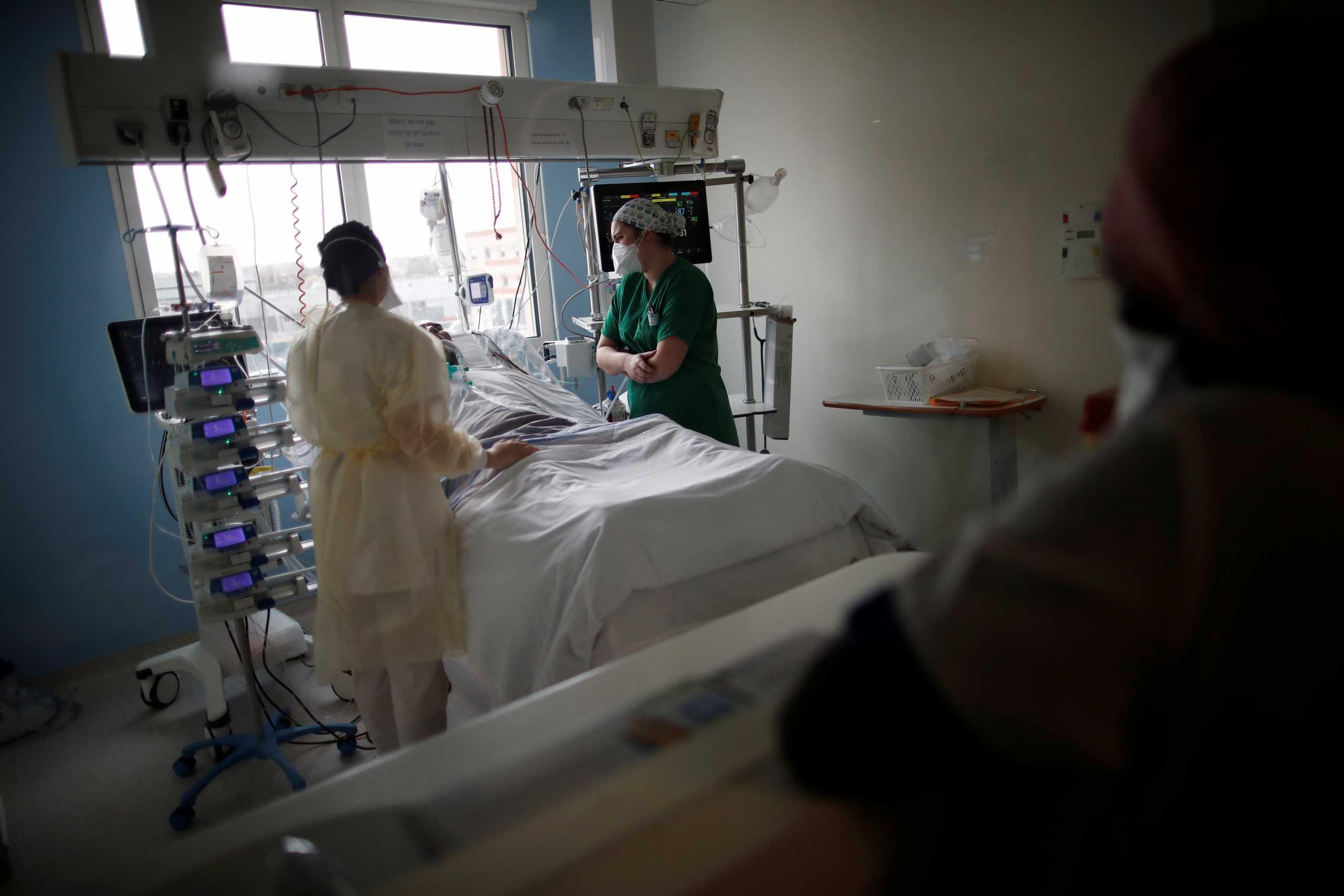 Σαρώνει ο κορονοϊός στη Γαλλία: Αντιμέτωπα με «βίαιο σοκ» τα νοσοκομεία