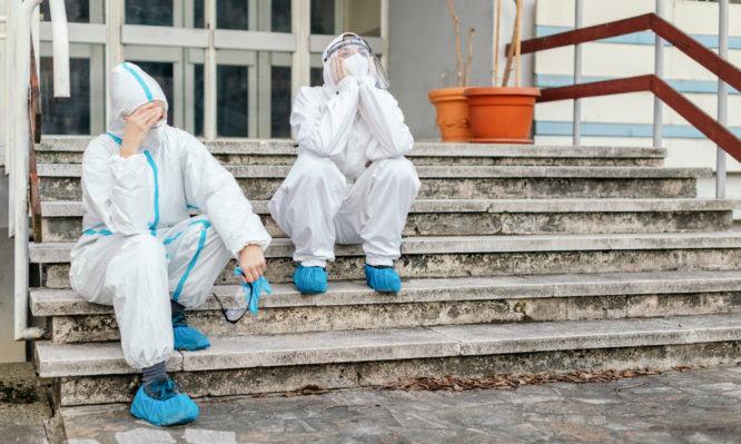 Κορονοϊός – Αττική: Η αύξηση των διασωληνωμένων, φέρνει φόβο αύξησης των θανάτων – Εξαντλημένοι γιατροί και νοσηλευτές