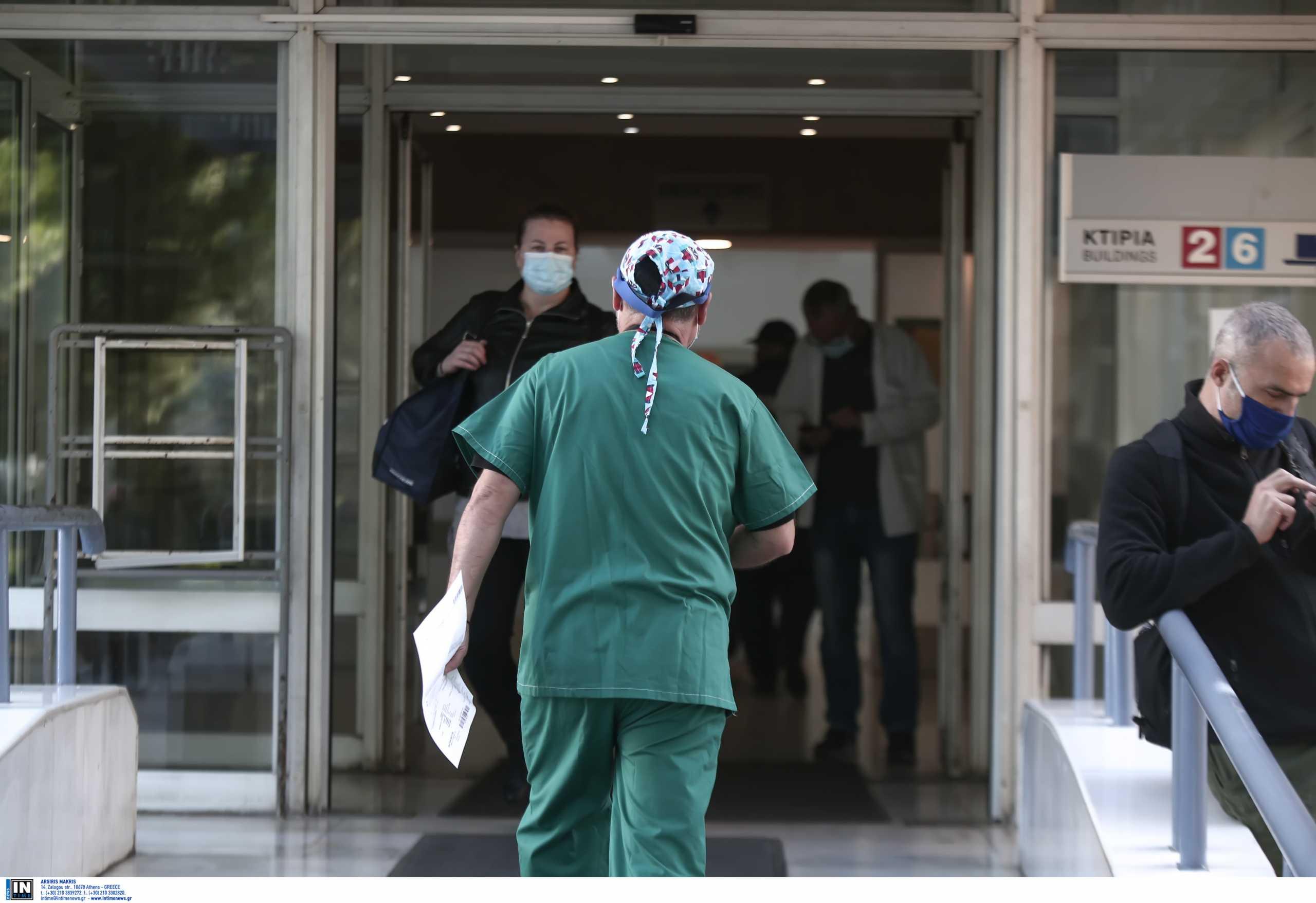 Κορονοϊός – Καβάλα: Με μηδέν αντισώματα διαγνώστηκε ανεμβολίαστος γιατρός του νοσοκομείου
