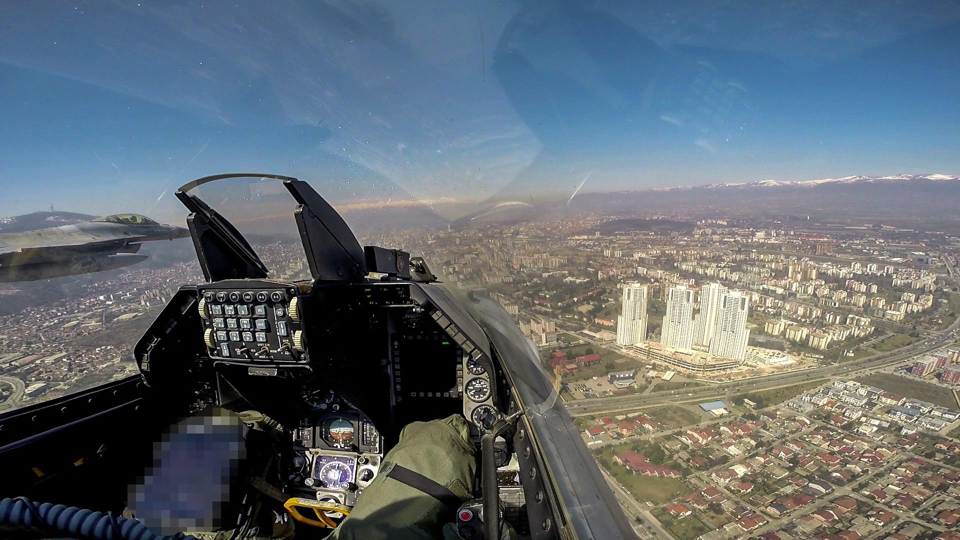 NATO: Ελληνικά F-16 πέταξαν πάνω από τα Σκόπια στις εορταστικές εκδηλώσεις της χώρας
