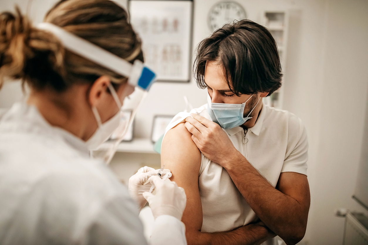 Κορονοϊός: Αν μετά το εμβόλιο ΔΕΝ έχω παρενέργειες, σημαίνει ότι το ανοσοποιητικό μου δεν λειτουργεί σωστά;