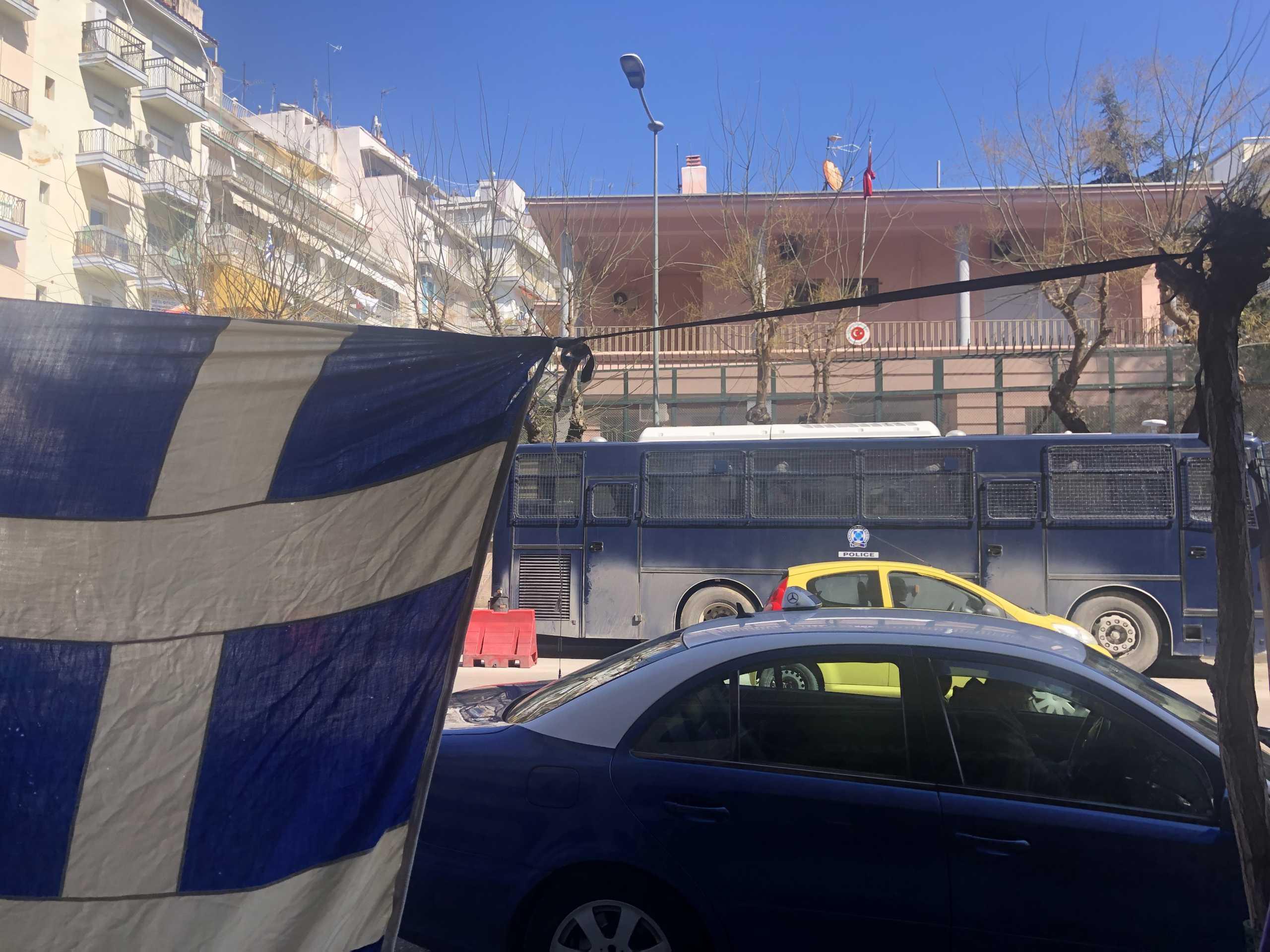 Θεσσαλονίκη – 25η Μαρτίου: Γαλανόλευκο παντού έξω από το τουρκικό προξενείο – Οι εικόνες που κεντρίζουν τα βλέμματα (pics)
