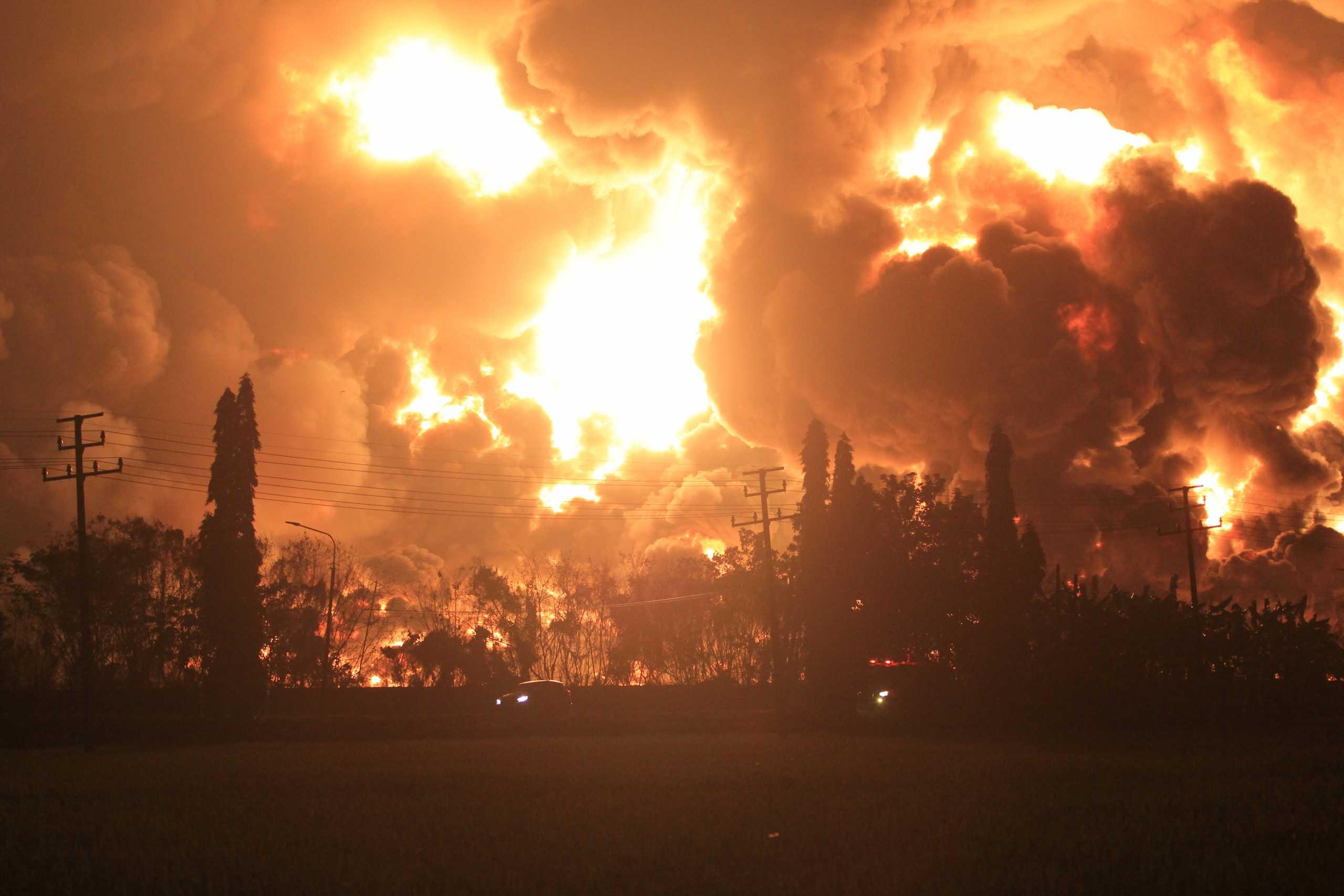 Ινδονησία: Τεράστια φωτιά σε διυλιστήριο – Τουλάχιστον 5 τραυματίες (pics)