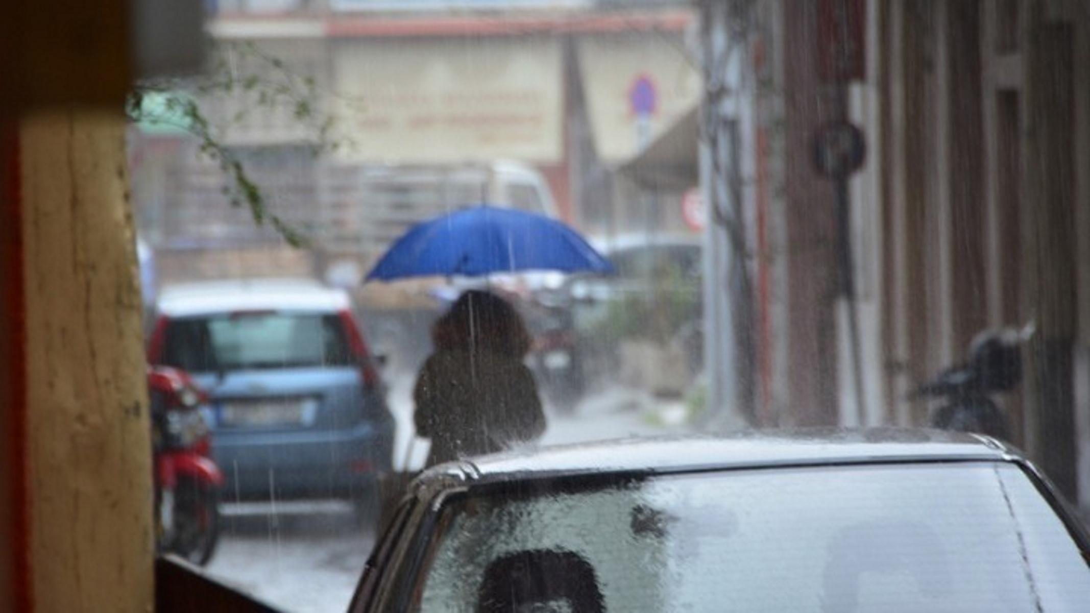 Καιρός σήμερα: Στη μισή Ελλάδα ομπρέλες και στην άλλη μισή αντιολισθητικές αλυσίδες