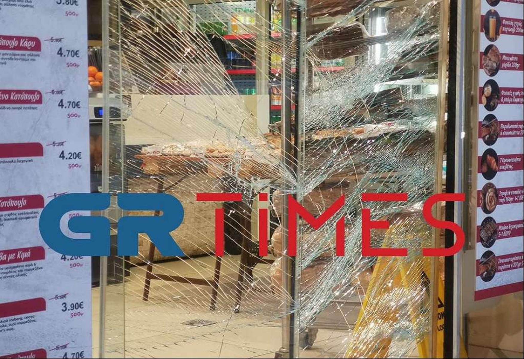 Θεσσαλονίκη: Κυνήγησαν και απείλησαν άνδρα με μαχαίρι – Έκαναν γυαλιά καρφιά κατάστημα