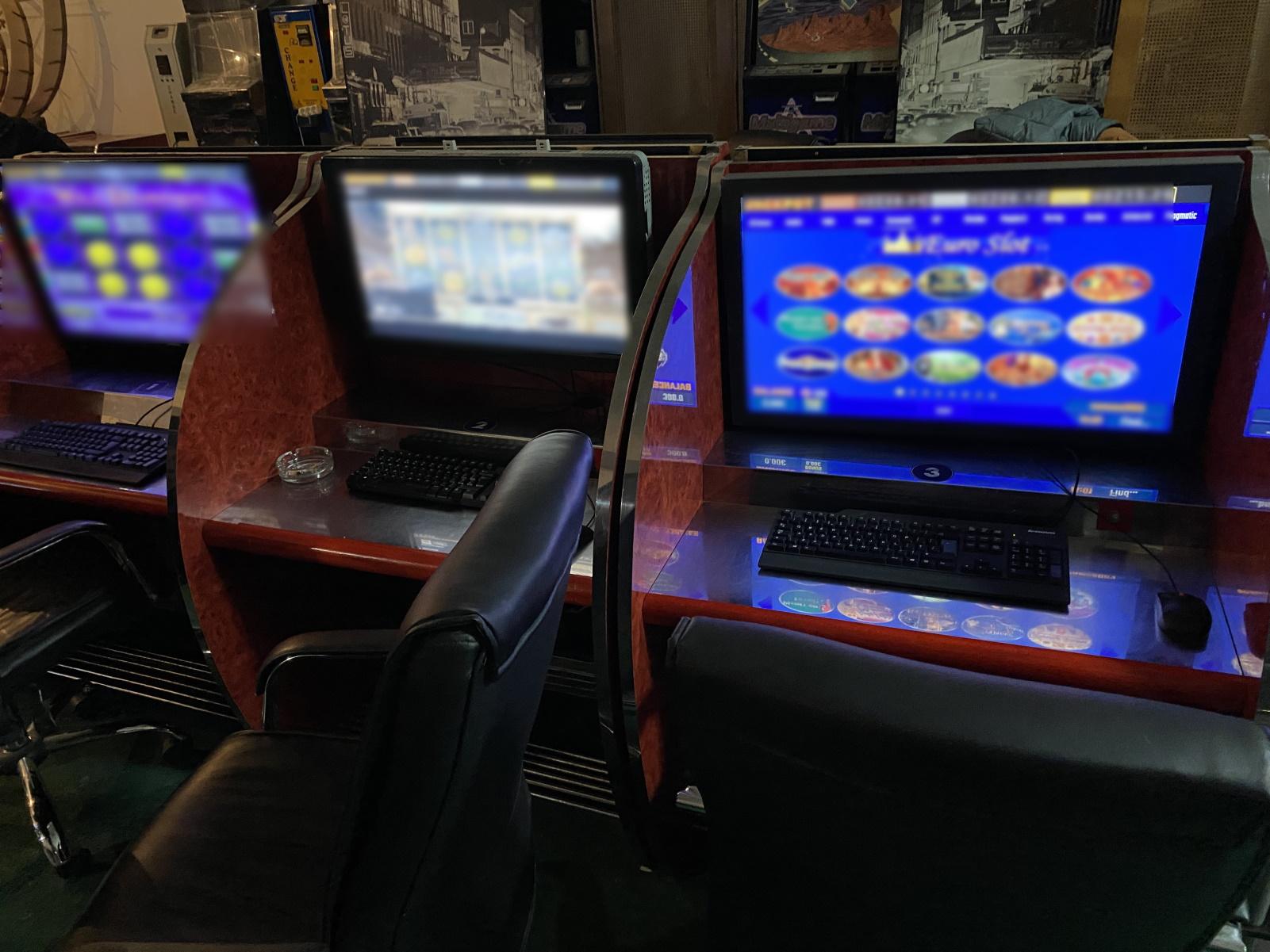 Lockdown: Αυτοσχέδιο καζίνο σε υπόγειο – Πόρτα που άνοιγε με πληκτρολόγιο και κωδικοί ασφαλείας (pics, vid)