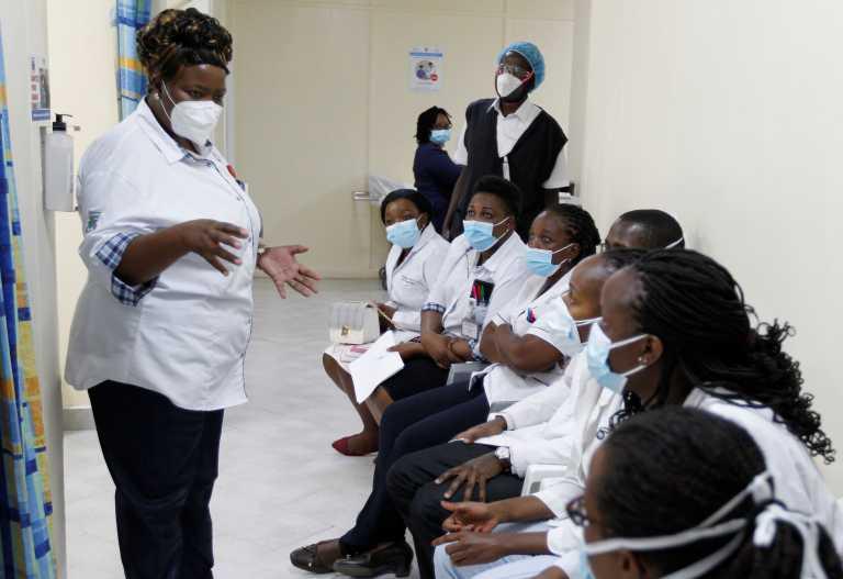 Κορονοϊός: Με χειροκροτήματα άρχισαν οι εμβολιασμοί σε Νιγηρία, Κένυα και Ρουάντα (video)