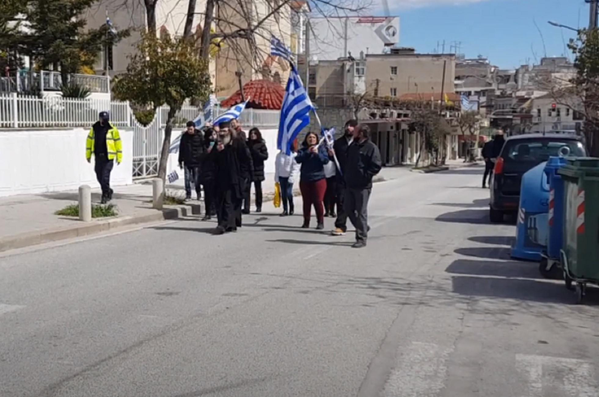 Κιλκίς: Η παρέλαση που βάζει σε σκέψεις – Ο ιερέας και τα συνθήματα της ομάδας του (video)