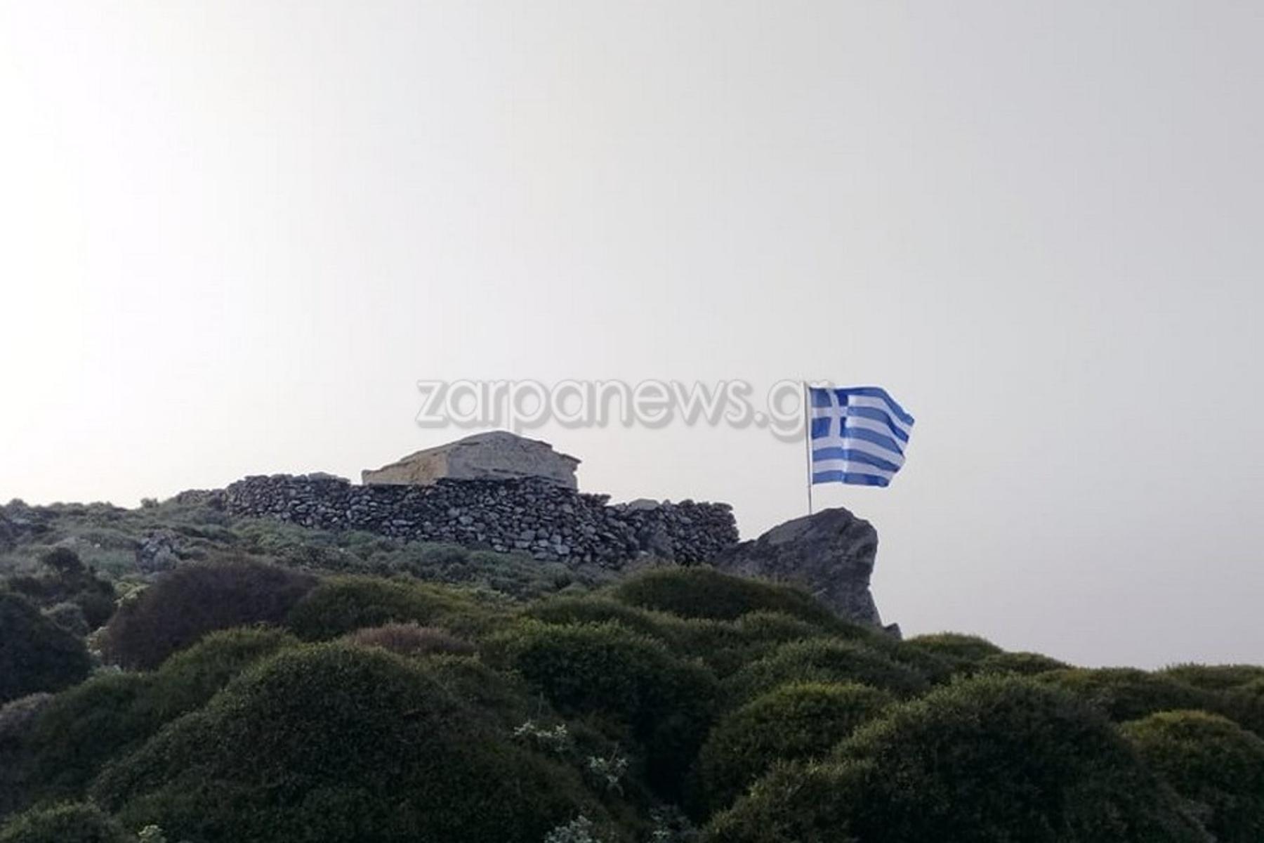 Χανιά: Τεράστια ελληνική σημαία κυματίζει στην κορυφή της Κισάμου (pics)