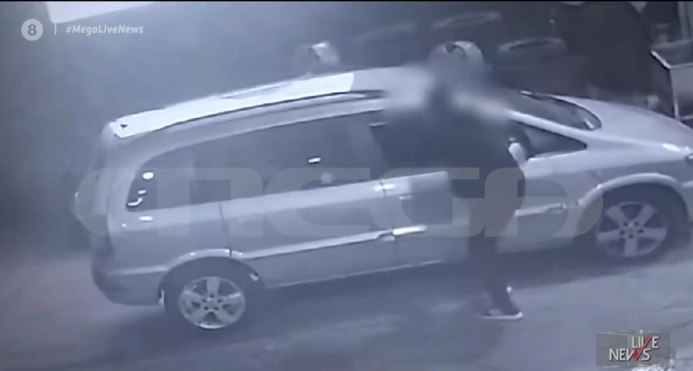 Βίντεο ντοκουμέντο: Σκάνε το λάστιχο και κλέβουν τσάντες – Το απίστευτο κόλπο των επιτήδειων