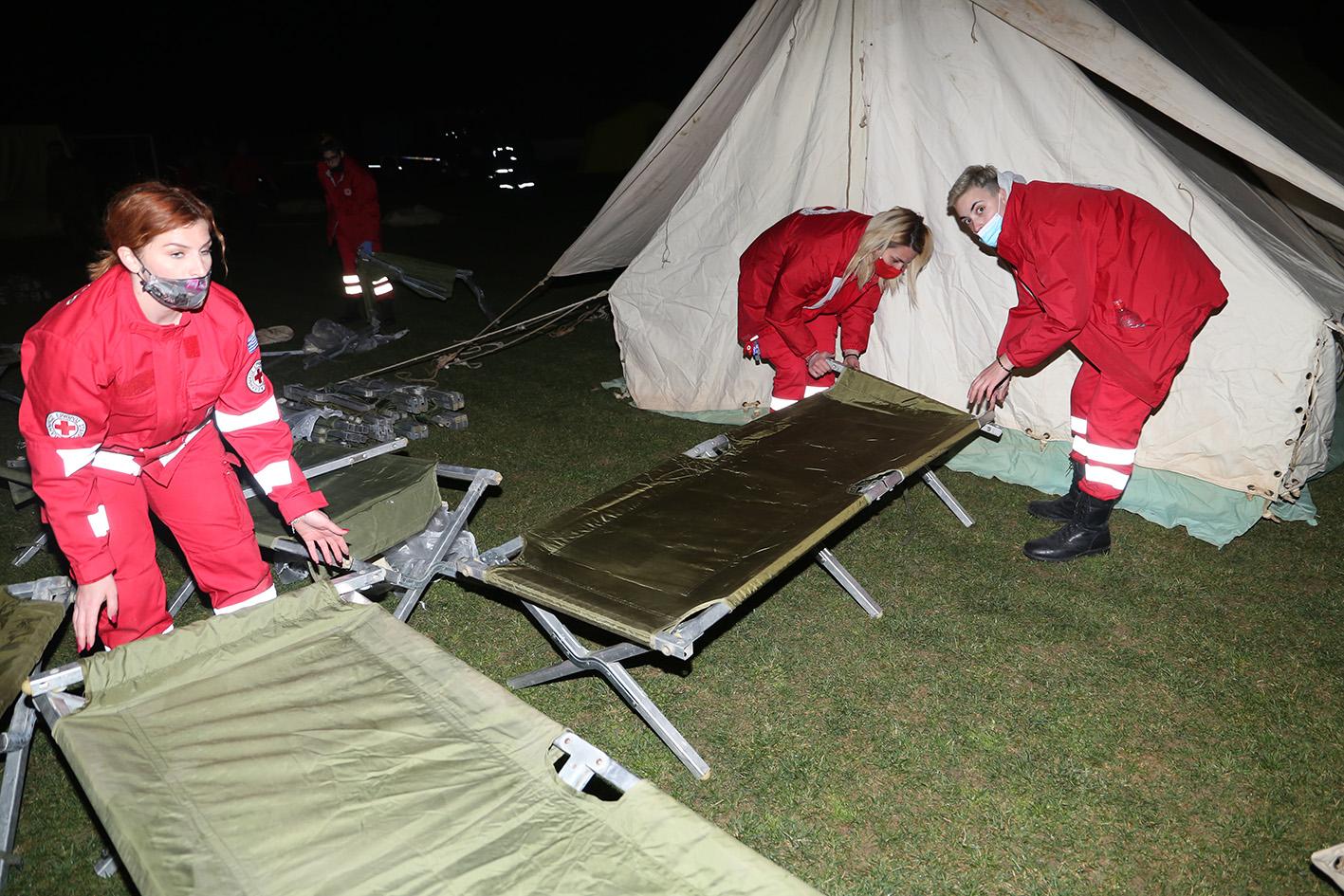 Σεισμός – Δαμάσι: Διανυκτέρευση στο γήπεδο σε σκηνές του στρατού (pics)